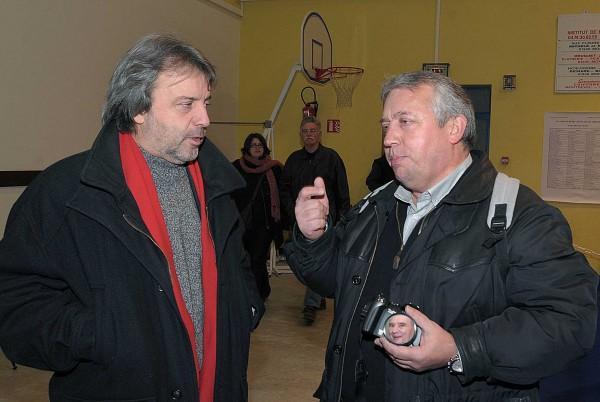 Jean-JacquesBillon,journalsiteetchroniqueurgastronomique,enpleinediscussionavecYvesRouèche,lorsdesGlorieusesdeBresseàMontrevel-en-Bresse(d-écembre2009