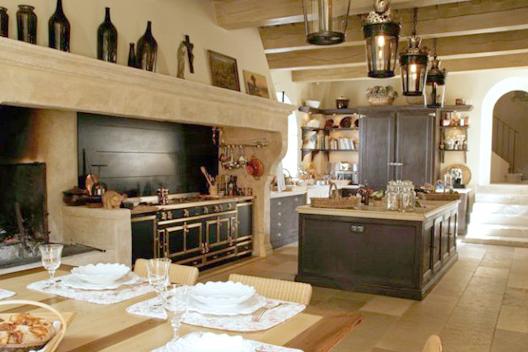 Urgent nous cherchons une cuisine pour un tournage for Piano de cuisine la cornue